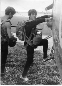 Анатолий Лебедь на парашютных прыжках. На аэродроме ДОСААФ в Кохтла-Ярве. 1980 г.