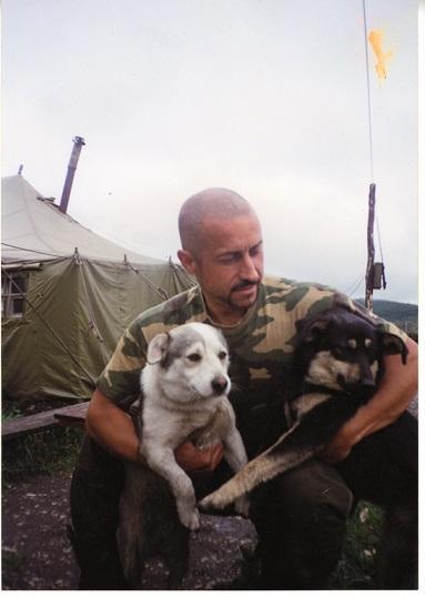 Анатолий Лебедь с четвероногими друзьями. Чечня.
