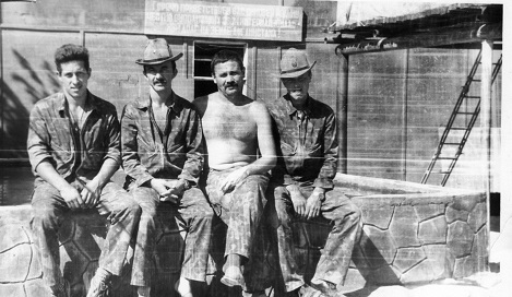 В Афганистане Анатолий Лебедь (на снимке – слева) летал в одном экипаже с Героем Советского Союза Николаем Майдановым (на снимке второй слева).