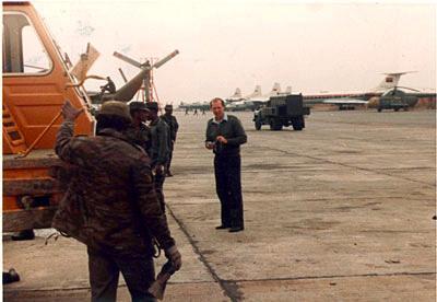 Летное поле базы ВВС в Луанде. На переднем плане автор материала. 1980 г.