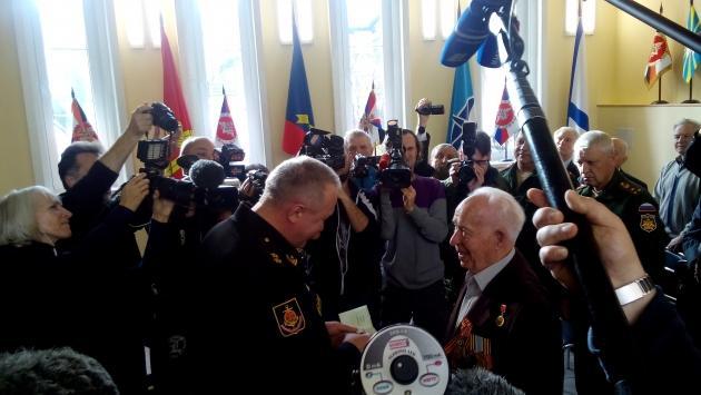 Награду герою Великой Отечественной войны вручил начальник штаба Балтфлота Игорь Мухаметшин